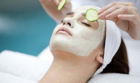 Faire un nettoyage du visage par une professionnelle